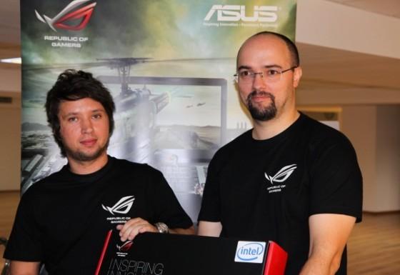Dan Dragomir, câștigătorul unui nou laptop ASUS, își primește premiul de la Octavian Dunăre (ASUS România)