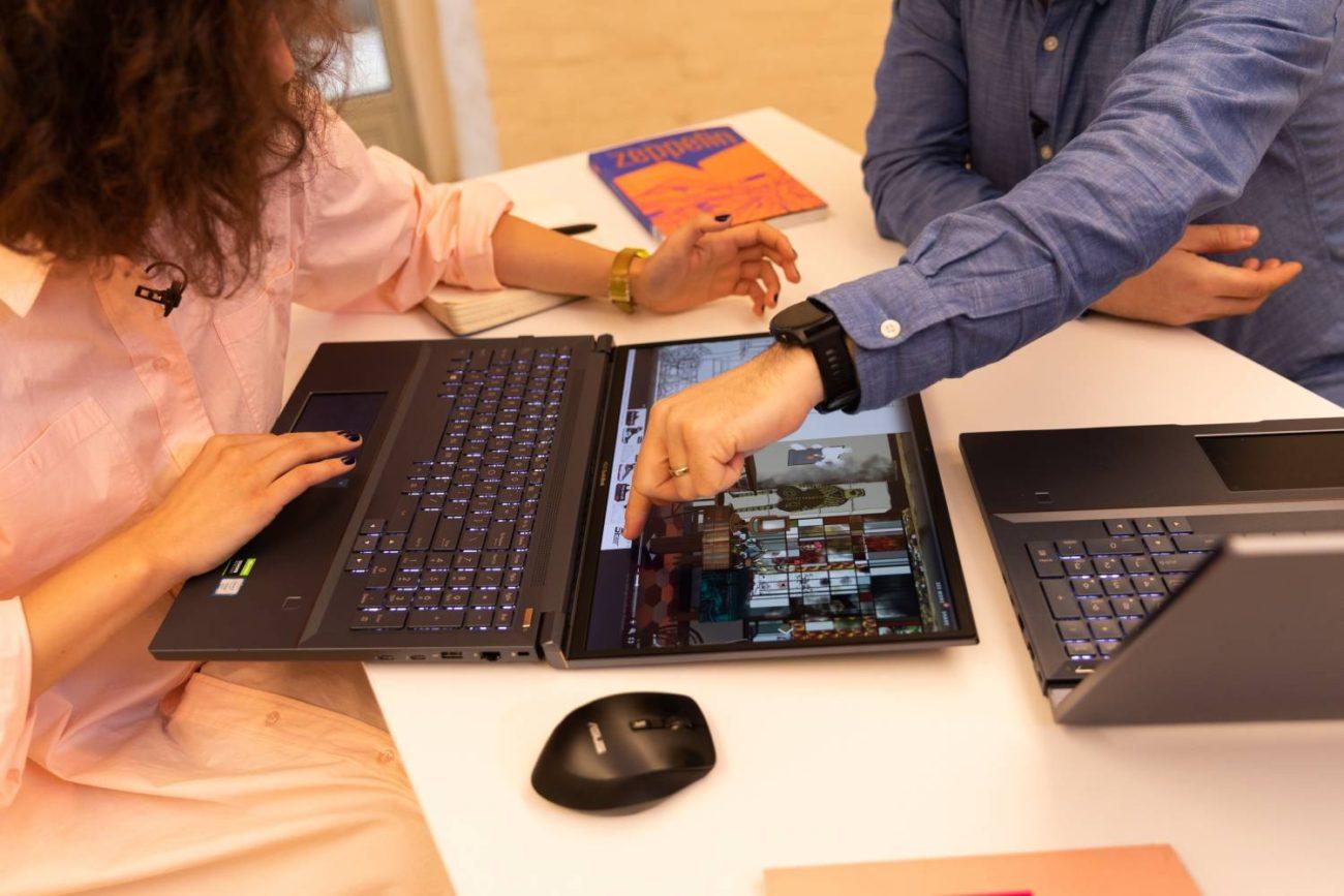 Deschizând ecranul la 180°, arhitectul îi prezenta clientului proiectul de pe StudioBook Pro X