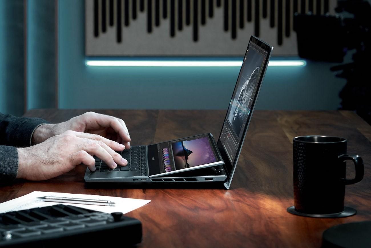 Ecranul secundar ScreenPad Plus se înlină la deschiderea capacului lui ZenBook Pro Duo UX582
